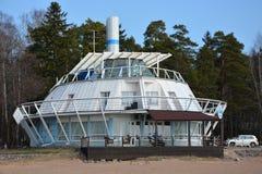 Restaurant wie ein Schiff auf dem Seeufer in Zelenogorsk Lizenzfreies Stockbild