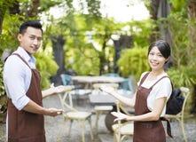 Restaurantbesitzer mit willkommener Geste stockfotos