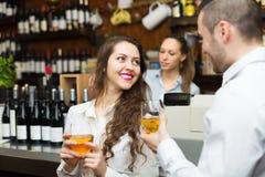 Restaurantbezoekers die op lijst wachten royalty-vrije stock afbeeldingen