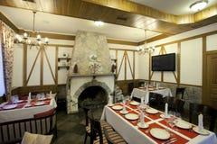 Restaurantbinnenland met open haard stock afbeelding