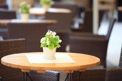 Restaurantcaféstühle im Freien mit Tabelle Stockbilder