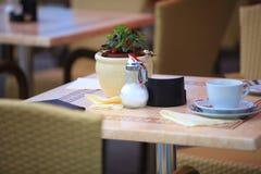 Restaurantcafétabelle im Freien mit Kaffeetasse Stockbild