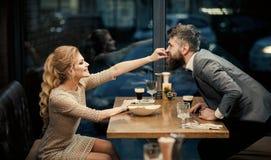 Restaurantdatum van jong paar Paar die in restaurant eten royalty-vrije stock fotografie