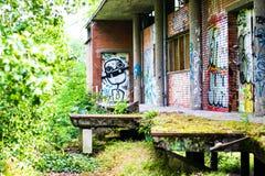 Restaurante abandonado do terreno que estão sendo comidos por natureza e grafittis imagens de stock royalty free