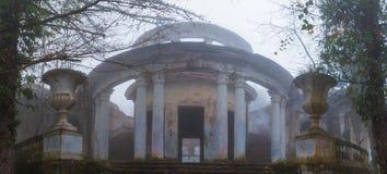 Restaurante abandonado na montagem Akhun, Sochi, Rússia foto de stock