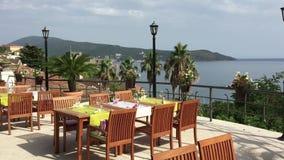 Restaurante aberto elegante do café na montanha Flores e montanhas ao redor Panorama maravilhoso onde palmeiras e vídeos de arquivo