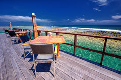 Restaurante acima da lagoa bonita na ilha tropical, Maldivas fotos de stock
