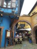 Restaurante acolhedor no pátio de uma casa Alsatian típica fotografia de stock royalty free