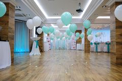 Restaurante adornado con blanco y globos de la turquesa Fotografía de archivo