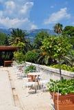 Restaurante al aire libre con las palmeras y las montañas en el backgrou fotos de archivo libres de regalías