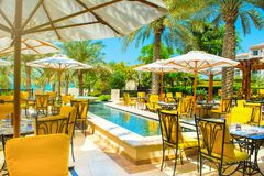 Restaurante al aire libre debajo de las palmeras Imagen de archivo libre de regalías
