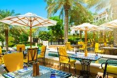 Restaurante al aire libre debajo de las palmeras Fotos de archivo libres de regalías