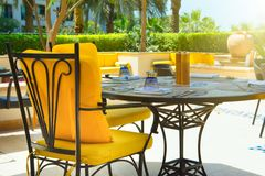 Restaurante al aire libre debajo de las palmeras Foto de archivo libre de regalías