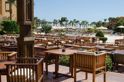 Restaurante al aire libre del hotel con las tablas y las sillas de madera, Hurgada, Egipt Fotos de archivo libres de regalías