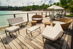 Restaurante al aire libre en la playa. Café en la playa, el océano y el cielo. Ajuste de la tabla en el restaurante tropical de la Fotos de archivo libres de regalías