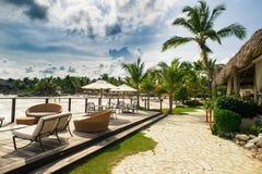 Restaurante al aire libre en la playa. Café en la playa, el océano y el cielo. Ajuste de la tabla en el restaurante tropical de la Imagen de archivo