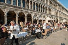 Restaurante al aire libre en la plaza San Marco en Venecia Foto de archivo libre de regalías