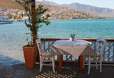 Restaurante al aire libre hermoso (Crete, Grecia) imagenes de archivo