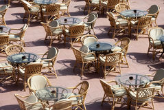 Restaurante ao ar livre - as tabelas Imagens de Stock