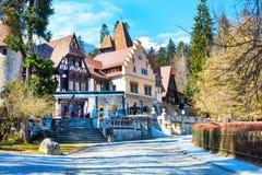 Restaurante auténtico colorido en el campo Sinaia, Rumania cerca del castillo de Peles, montañas de la nieve foto de archivo libre de regalías