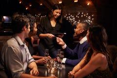 Restaurante Bill On Digital Tablet de Takes Payment For da empregada de mesa imagem de stock royalty free