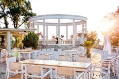 Restaurante bonito com o terraço na costa do oceano para o casamento fotografia de stock royalty free