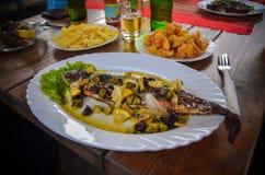 Restaurante Bulgária do verão do almoço da tabela dos peixes de alimento Fotos de Stock Royalty Free