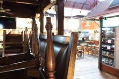 Restaurante cerrado con la parte superior de las sillas en el Mercado Del Puerto, Foto de archivo