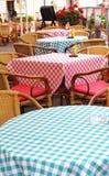 Restaurante colorido de la terraza en Varsovia Polonia durante verano Foto de archivo