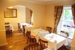 Restaurante com mobília bonita, retro do estilo imagens de stock royalty free