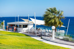 Restaurante com uma vista bonita do mar perto da praia de Kalymnos Foto de Stock