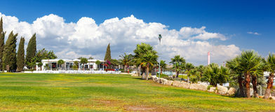 Restaurante com uma vista bonita do mar perto da praia de Kalymnos Imagem de Stock Royalty Free