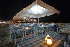 Restaurante con la opinión del mar en la noche en Parikia en la isla de Paros, Cícladas foto de archivo libre de regalías