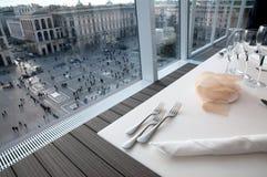 Restaurante con la opinión sobre el Duomo de la plaza (Milano, Italia Imagen de archivo libre de regalías