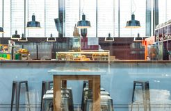 Restaurante con las reflexiones del cristal fotos de archivo
