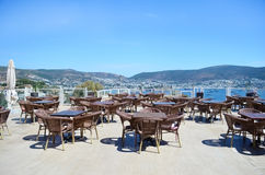 Restaurante con las tablas de madera en la playa Imágenes de archivo libres de regalías