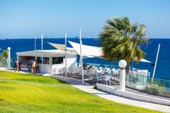 Restaurante con una hermosa vista del mar cerca de la playa de Kalymnos Foto de archivo