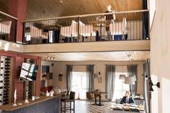 Restaurante confortável moderno com cliente e empregada de mesa imagens de stock royalty free