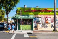 Restaurante cubano em pouco Havana com uma representação da pintura mural foto de stock