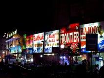 restaurante da noite em Karachi, Paquistão fotos de stock royalty free