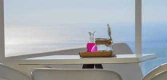 Restaurante da opinião do mar com frascos coloridos fotos de stock royalty free