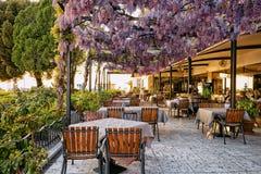 Restaurante da rua no Eslovênia velho Europa da cidade de Izola imagens de stock royalty free