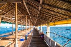Restaurante de bambú de la casa en el mar en la explosión Khun Thian Fotos de archivo libres de regalías