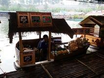 Restaurante de bambu ao lado do lago Fotos de Stock
