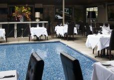 Restaurante de cena fino con la piscina Fotos de archivo libres de regalías