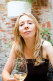 Restaurante de consumición del vino blanco de la mujer Imágenes de archivo libres de regalías