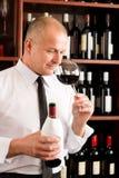 Restaurante de cristal del vino rojo del olor del camarero de la barra fotos de archivo
