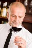 Restaurante de cristal del vino rojo del olor del camarero de la barra fotografía de archivo
