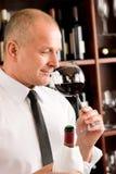 Restaurante de cristal del vino rojo del olor del camarero de la barra fotografía de archivo libre de regalías