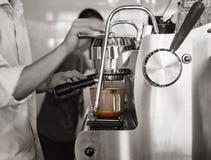 Restaurante de la barra de tiro de Barista Brewing Coffee Espresso fotos de archivo libres de regalías